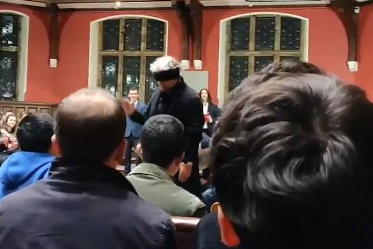 Grillo ospite della Oxford Union, fischiato dagli studenti inglesi