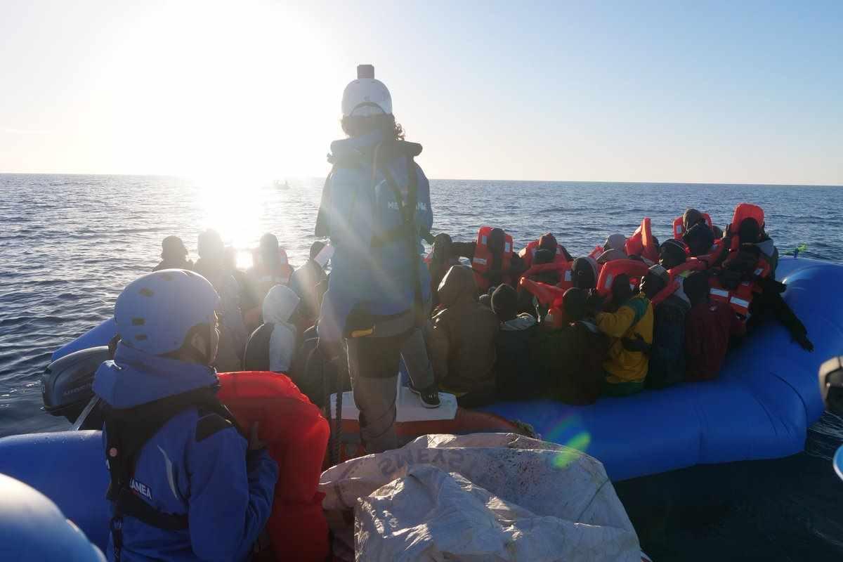 La nave italiana Mare Jonio della Ong Mediterranea ha salvato dal naufragio 49 migranti... e adesso?