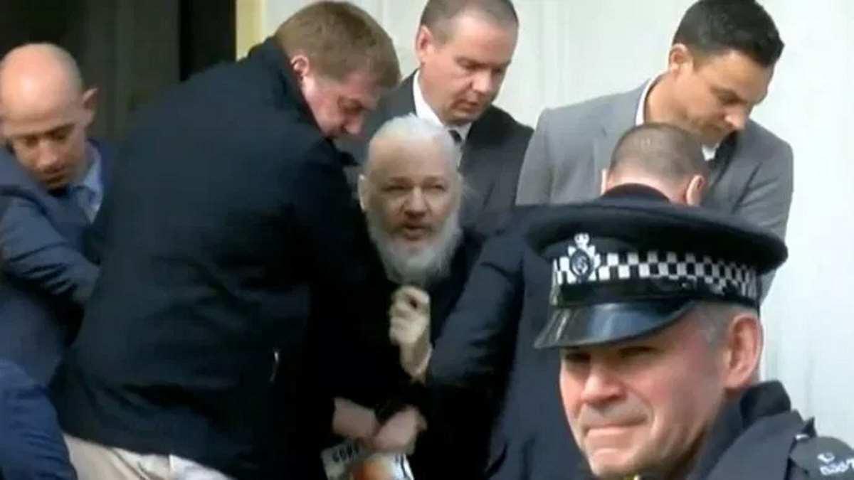 L'Ecuador revoca l'asilo ad Assange che è stato arrestato a Londra