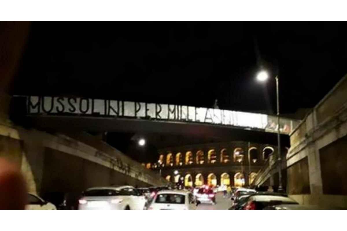 Forza Nuova espone uno striscione fascista nei pressi del Colosseo