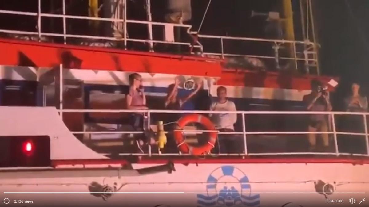 La capitana Carola dice BASTA e con un blitz ormeggia la Sea-Watch 3 nel porto di Lampedusa