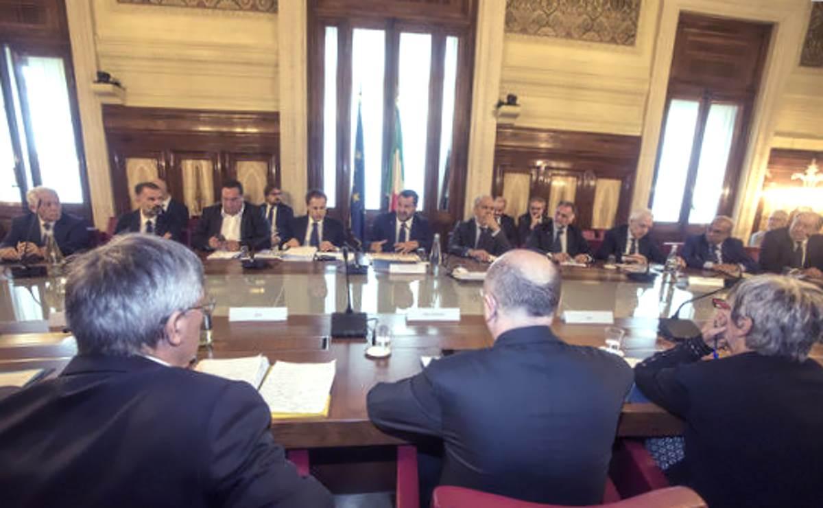 Il Governo della confusione: Salvini fa il premier e convoca le parti sociali per parlare di economia e sviluppo