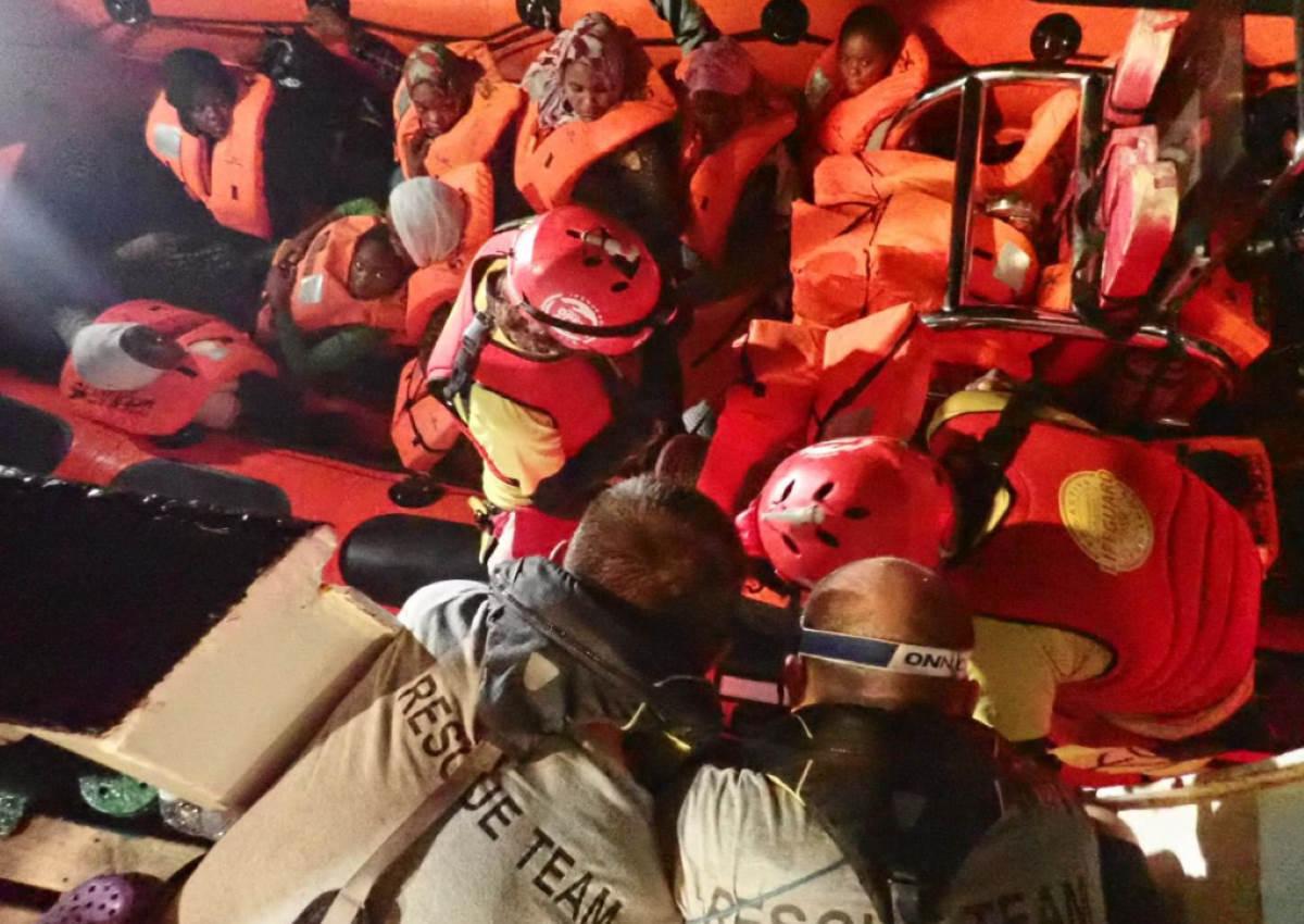 Nuovo salvataggio di migranti ad opera della Open Arms che si dirige verso nord con 124 naufraghi a bordo
