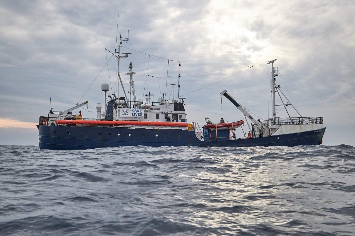 La Alan Kurdi in attesa di un POS, mentre la Ocean Viking riprende il mare