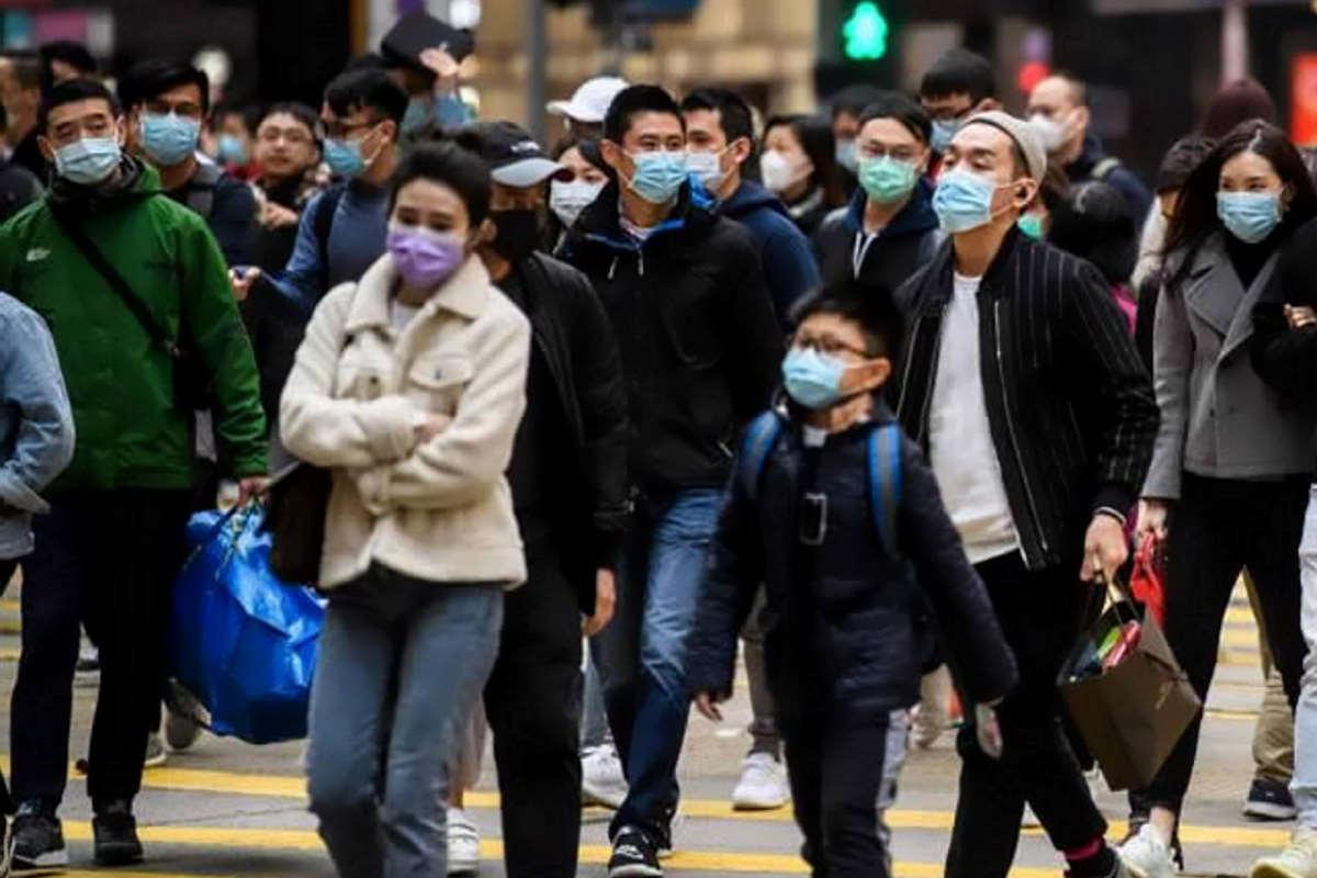 910 i morti da coronavirus, mentre si sono registrati i primi casi di contagio diretto in Europa