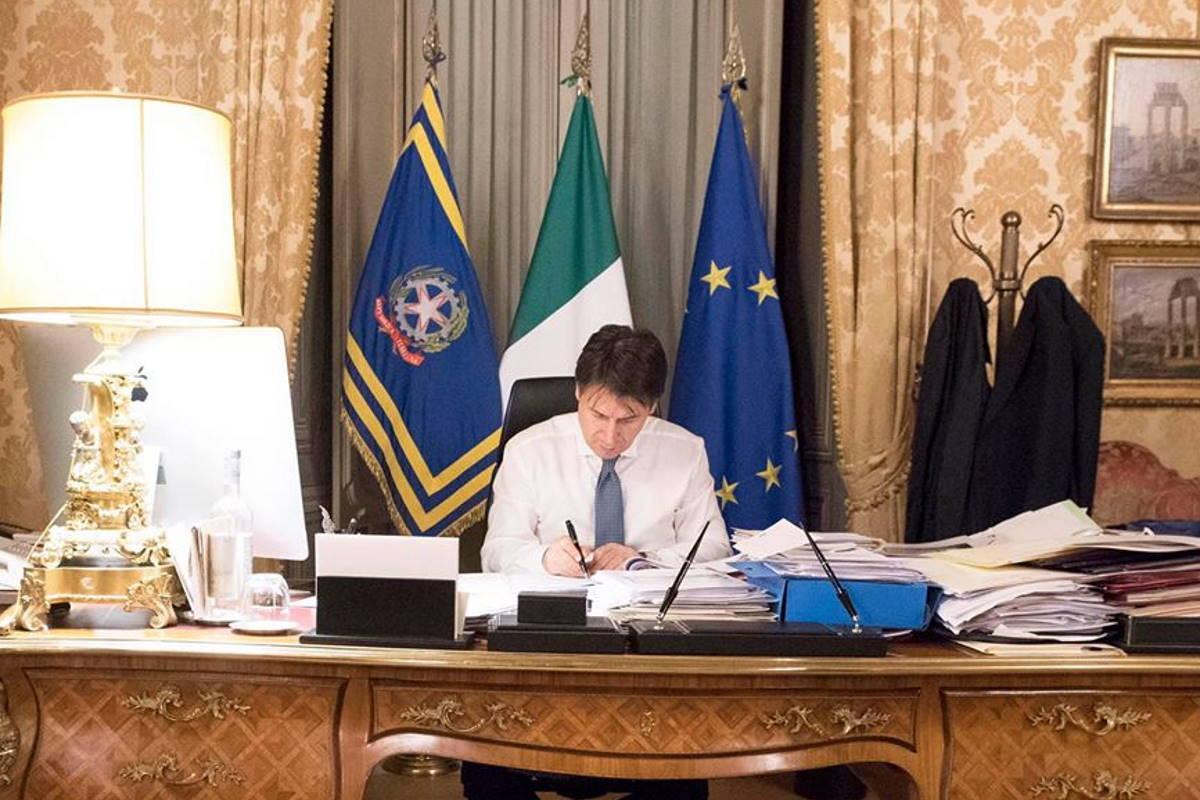 Conte pubblica un nuovo decreto per bloccare l'intera nazione. Salvini esulta pensando di poter poi governare le macerie dell'Italia