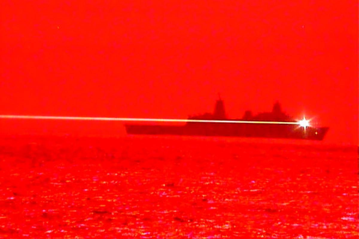 Una nave da guerra americana ha testato una potente arma a raggio laser