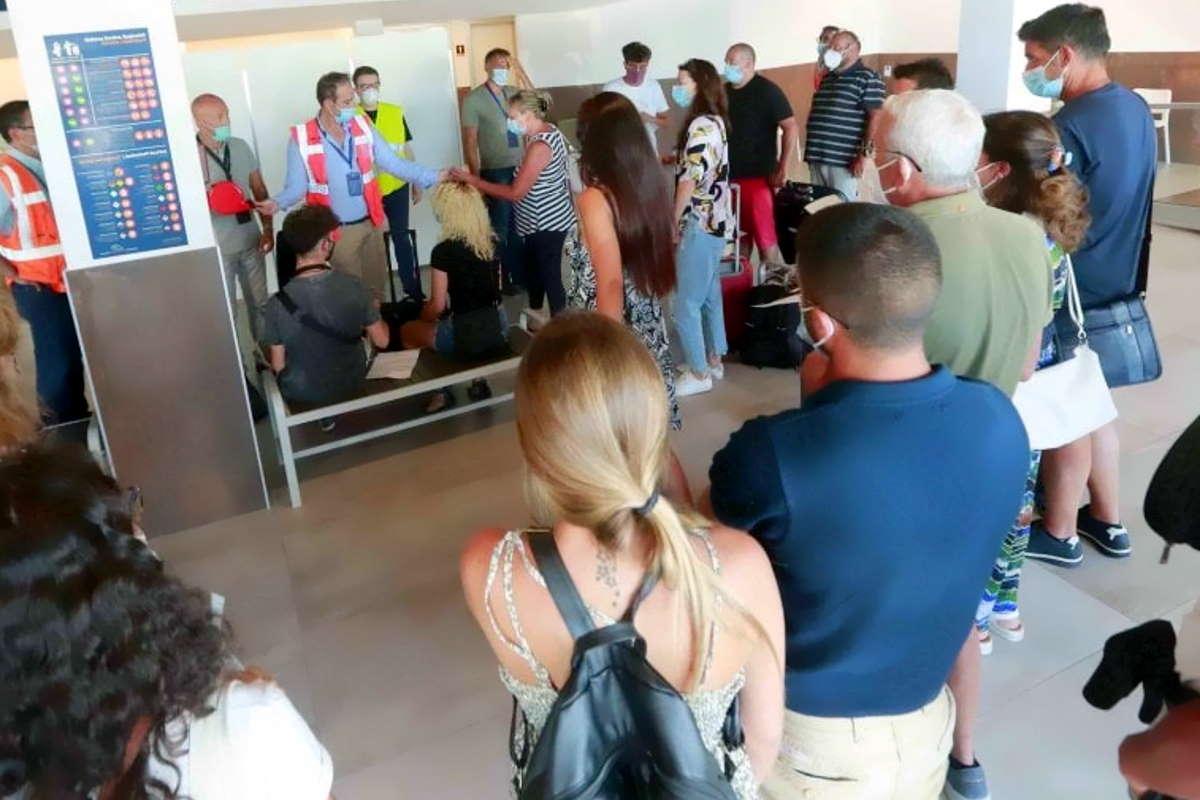 Campania: tampone obbligatorio all'aeroporto di Capodichino per tutti coloro che rientrano dall'estero