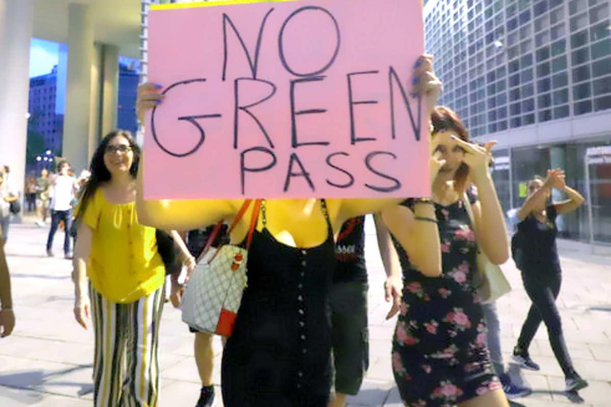 Mentre sta per scattare l'obbligo del Green Pass su aerei, treni e navi, aumentano proteste e violenze di chi è contrario al vaccino