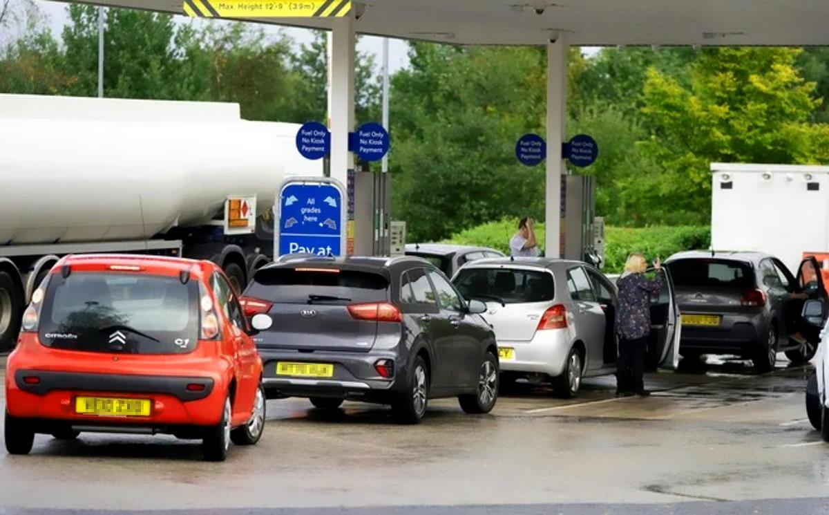 La Gran Bretagna ricorrerà ai camionisti dell'esercito per rifornire di benzina le stazioni di servizio