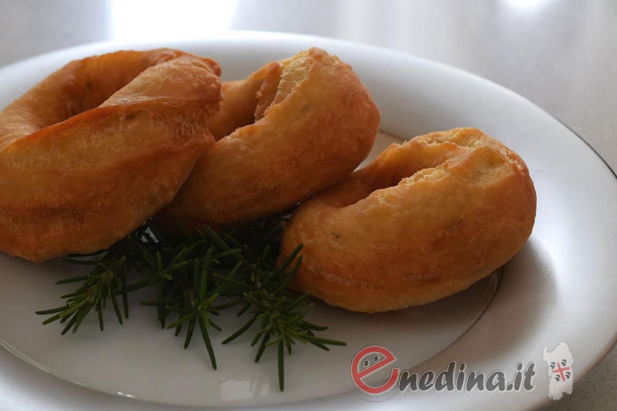 Snack, aperitivo o antipasto: le ciambelle salate al rosmarino