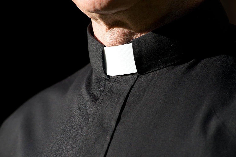 Sesso e festini in canonica: il dossier che fa tremare i preti