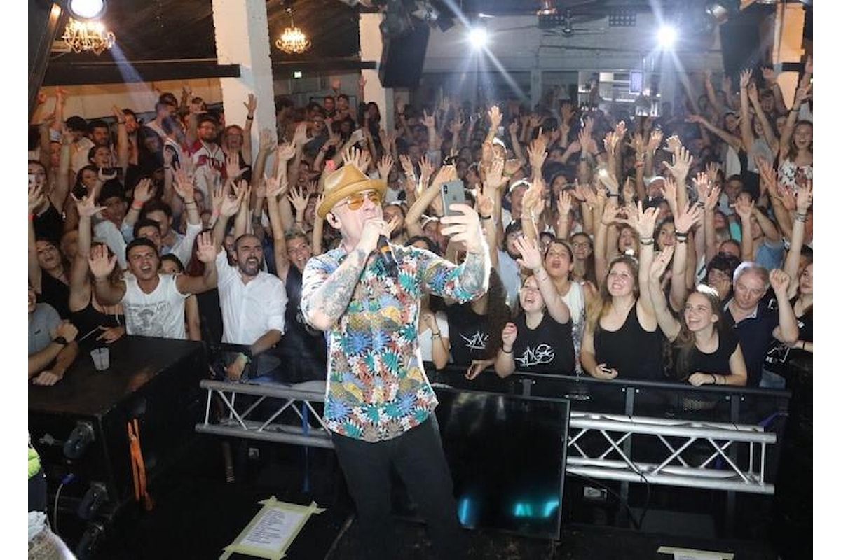 J-Ax, grande successo per lo showcase al Mr.Charlie Lignano