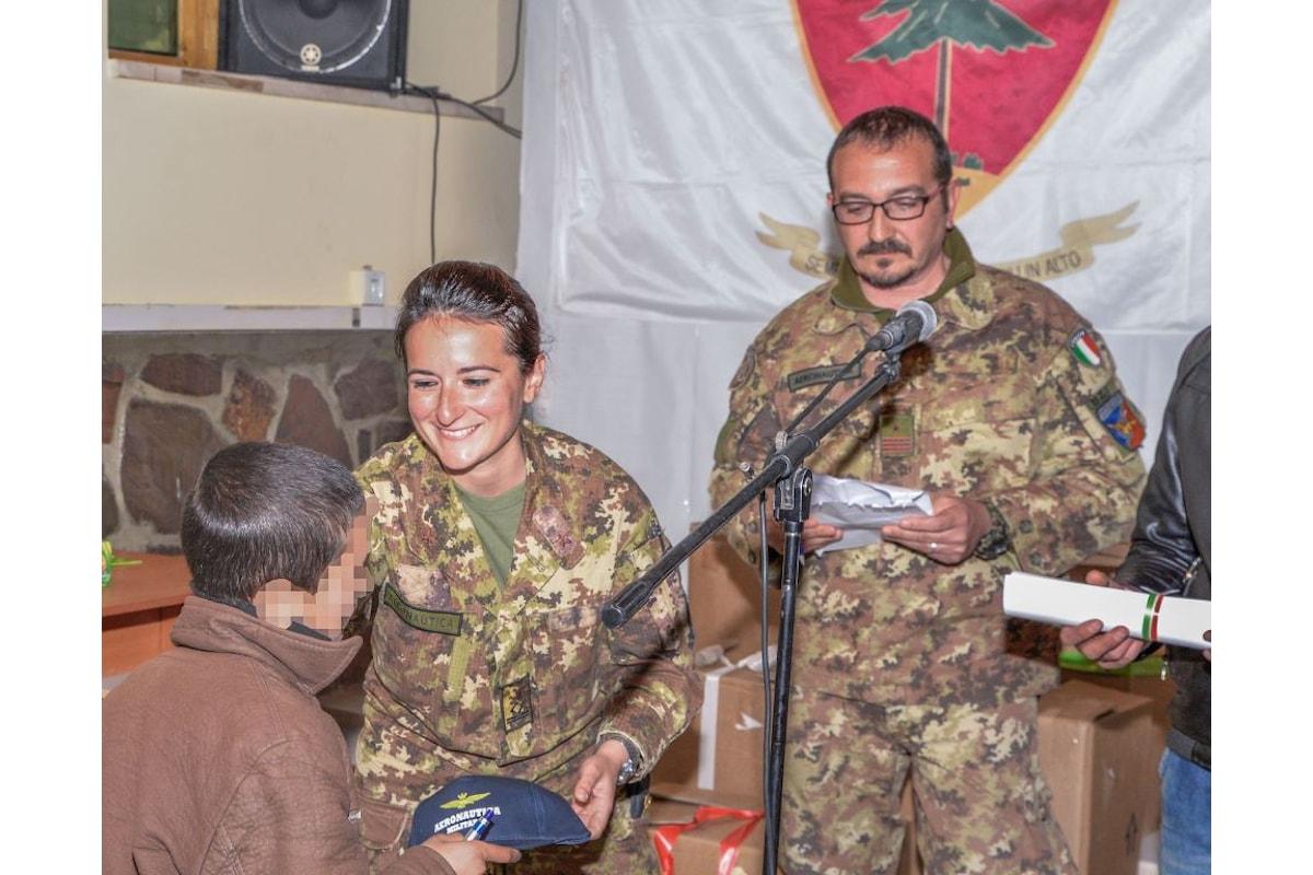 Afghanistan, aviatori dell'Aeronautica Militare e dell'Esercito donano scarpe e vestiti ai bambini di Herat