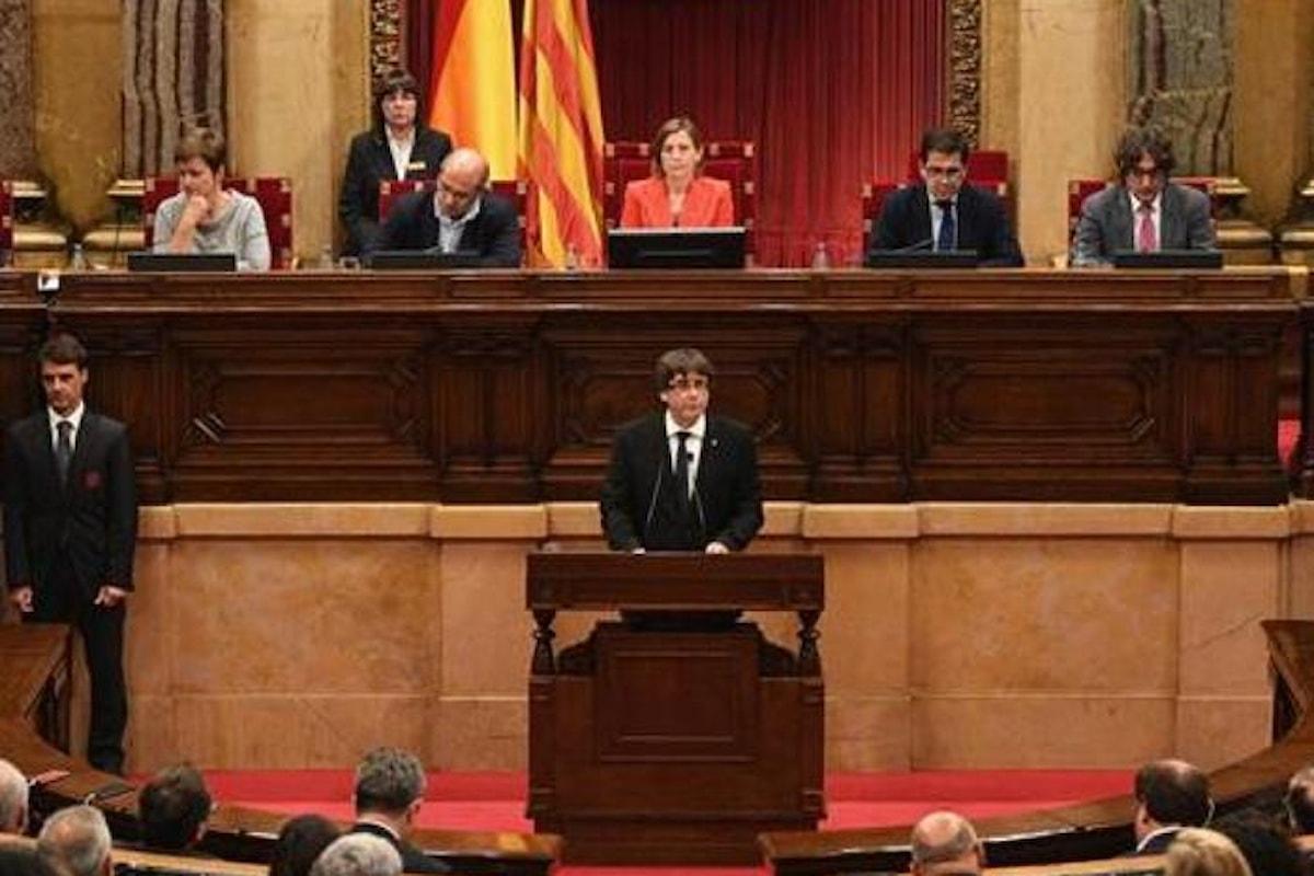 Puigdemont proclama l'indipendenza... ma non subito, in attesa di un dialogo che Madrid, ufficialmente, ha già negato