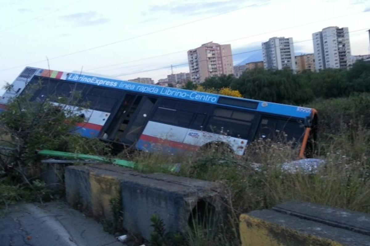 Catania, autobus crolla in un dirupo