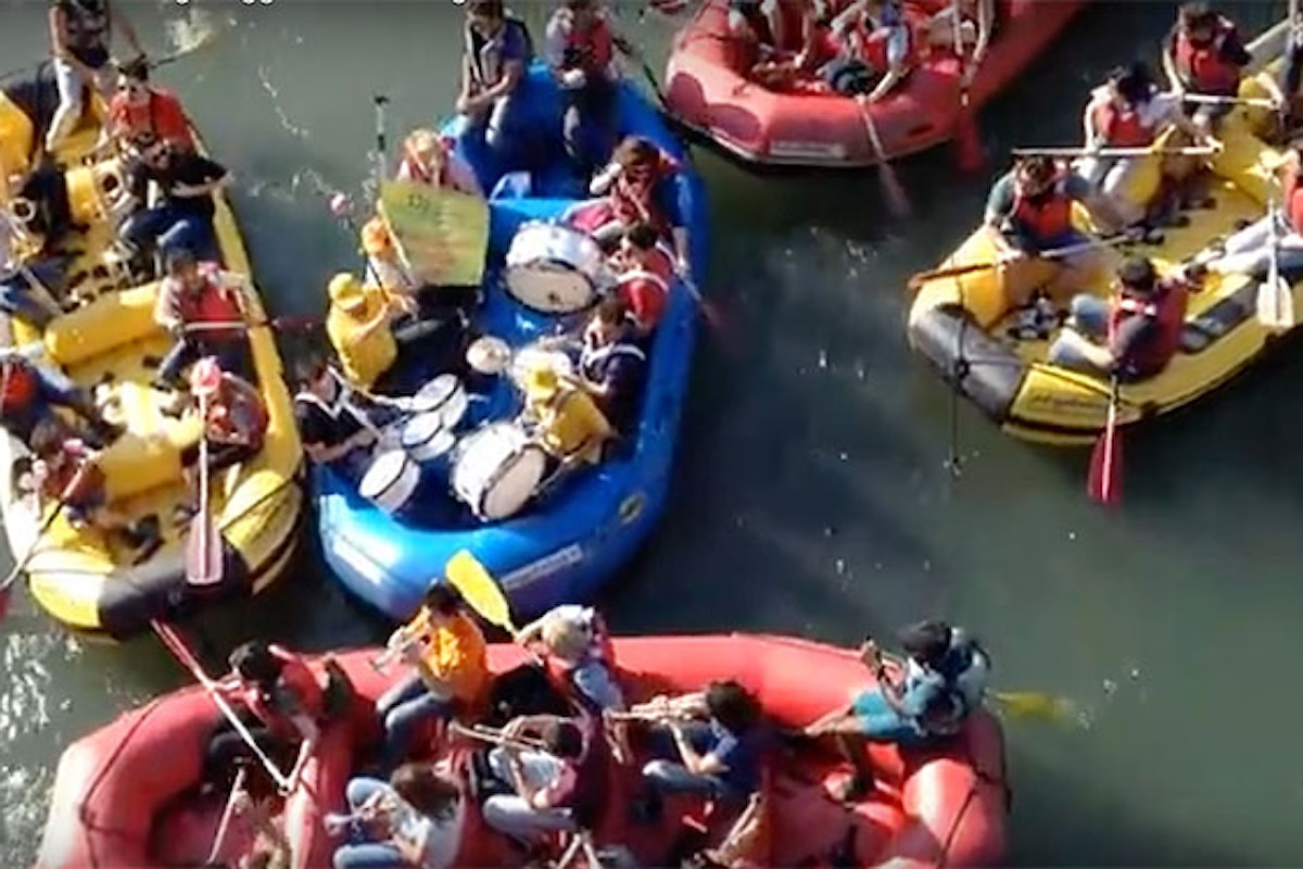 Video - Nel giorno del Santo Patrono a Verona l'orchestra galleggia sull'Adige