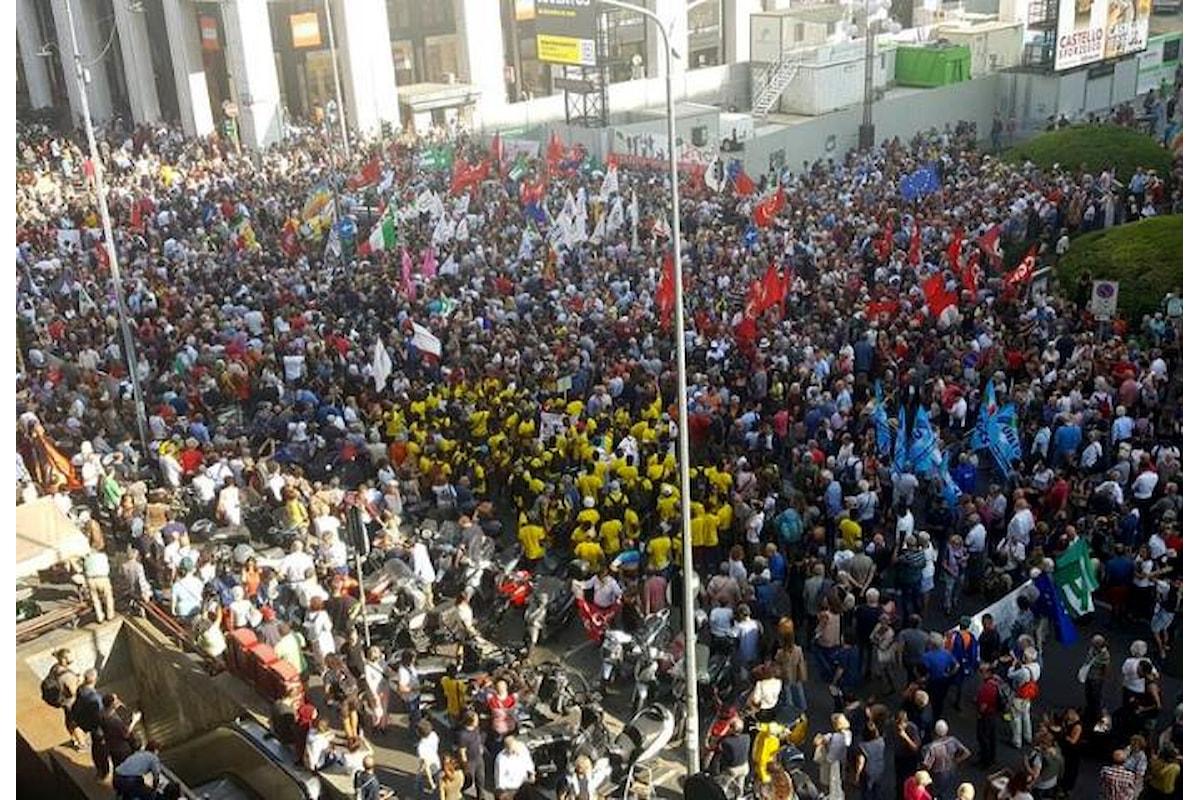 Una piazza San Babila stracolma di gente dice no a Salvini e Orban