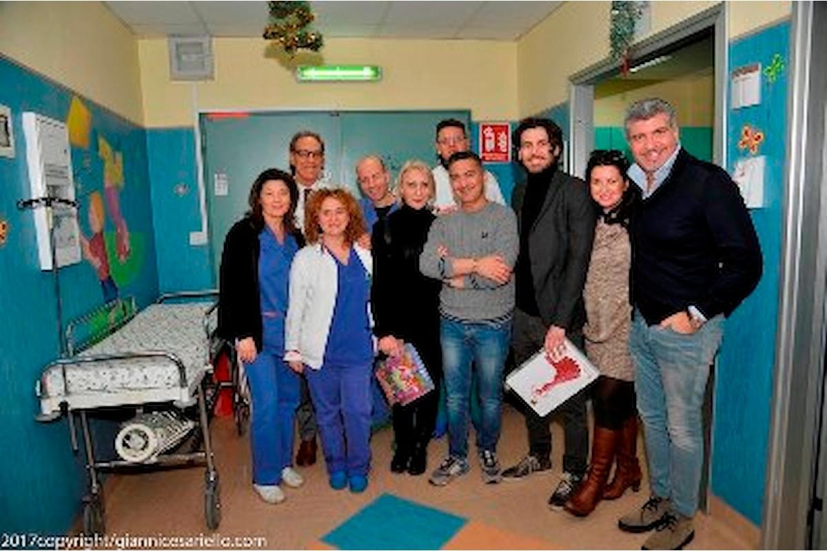 Cenando sotto un Cielo Diverso: doni ai bimbi dell'ospedale Santobono Pausilipon consegnati dall'attore Francesco Albanese e dallo chef stellato Giovanni De Vivo